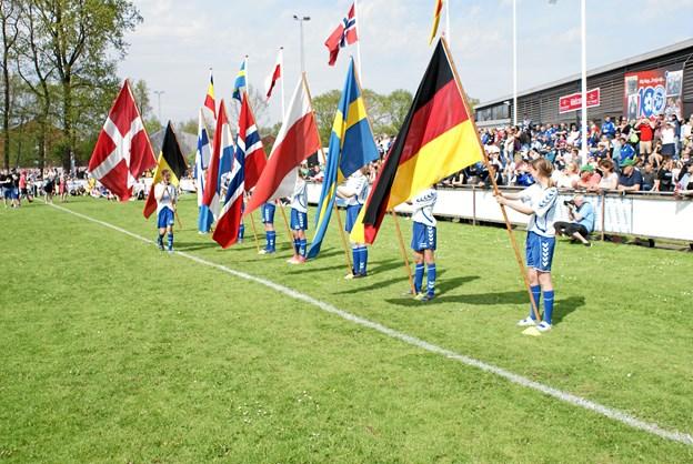 Aalborg City Cup blev skudt i gang med en flot åbningsceremoni. De otte deltagende nationers flag blev båret ind og nationalsangene blev spillet. Foto: Ole Skouboe