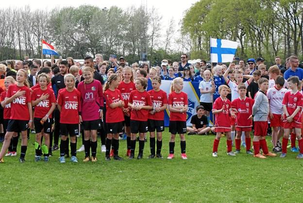 De unge fodboldspillere glæder sig til at komme i gang med legen med den runde læderkugle. Foto: Ole Skouboe