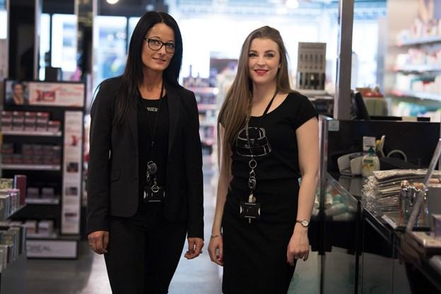 Sara Elmgreen Elofsson er superglad for, at hun fik chancen hos Matas i Hobro. Både hendes tidligere chef, Pia Hansen, og hendes nuværende chef - Helle Pedersen (t.v.) har vist Sara stor tillid.