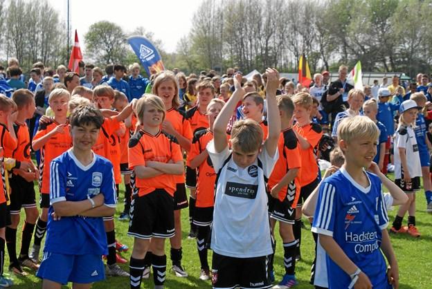 Spillerne på et hollandsk pigehold sang med på den hollandske nationalsang. Foto: Ole Skouboe