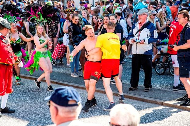 Mange får en del inden for vesten på karnevalsdagen. Og berusede unge og togbusser rimer ikke, har Banedanmark erkendt.Arkivfoto: Laura Guldhammer