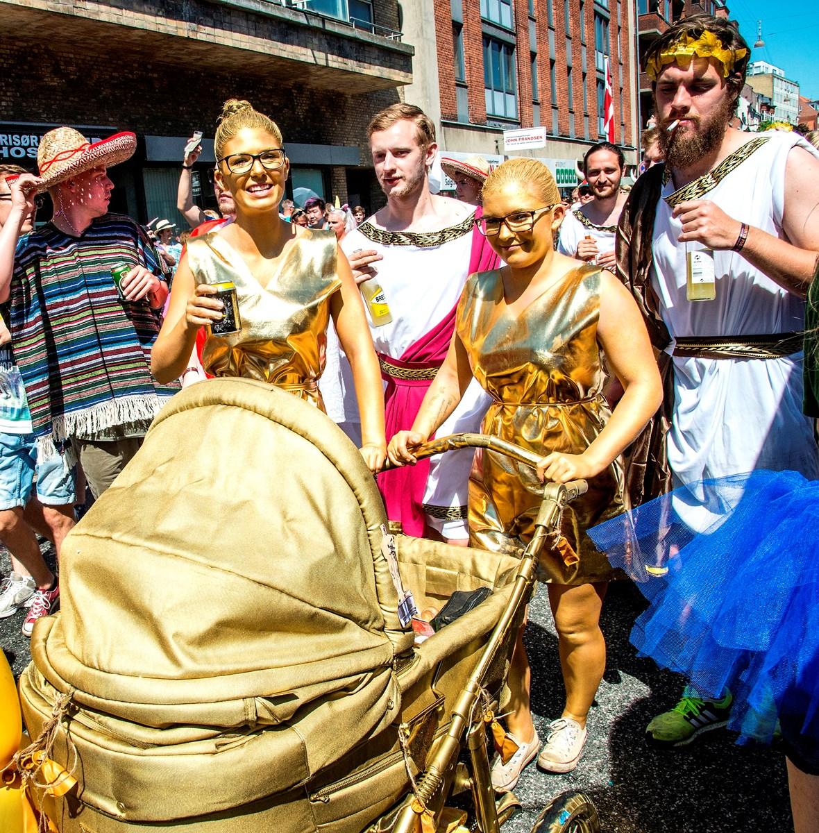 Karneval: Brugte barnevogne rives væk