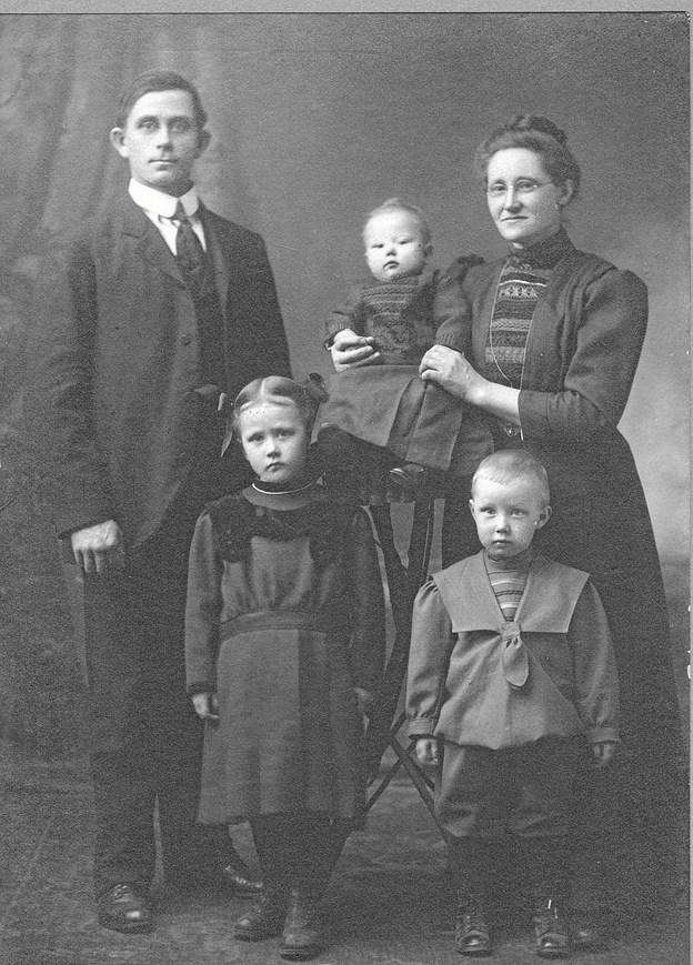 Niels og Thomine med Ester, Arthur og baby-Clara.