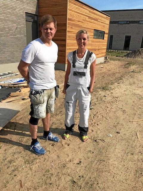 Katrine og Kenneth Lindgren Johansen foran deres endnu ufærdige hus. Foto Jesper Larsen