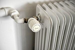 En familie i en villa vil typisk kunne spare mellem tre og fem procent på den årlige varmeregning ved at sommerlukke varmeanlægget.