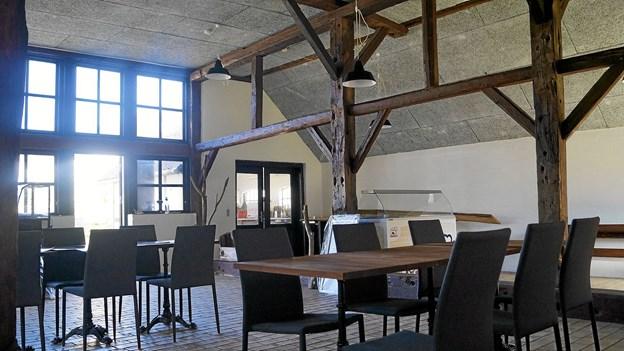 Med mursten på gulvene og frilagte bjælker og spær er der stemning i den kommende cafe. Privatfoto. Foto: Ole Iversen