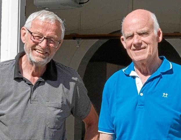Bent Christiansen og Kurt Mose Christensen udenfor Ældre Sagens kontor i Søndergade 42B, hvor de fremover er kontorfrivillige. Foto: Jørgen Anker