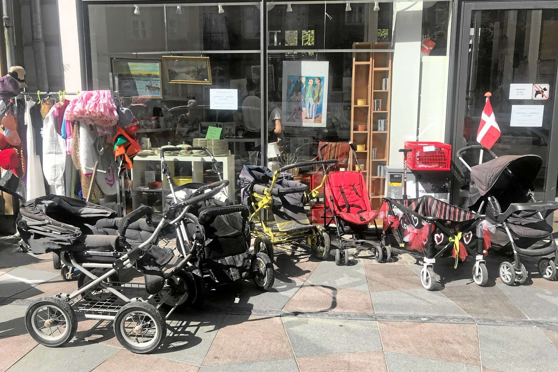 Genbrugsbutikken Kirkens Genbrug kunne byde på et godt udvalg af forskellige vogne til Karnevalsoptoget