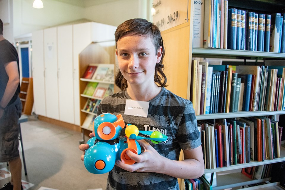 Malthe Pedersen ved en masse om robotter - Benjamin Pedersen har lært om 3D-design. Foto: Kim Dahl Hansen