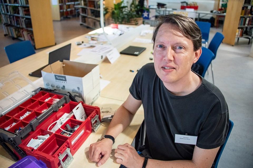 Lærer Rasmus Iversen har vænnet sig til, at han ikke altid er klogere end børnene - til gengæld har han en opgave i at være vejleder. Foto: Kim Dahl Hansen
