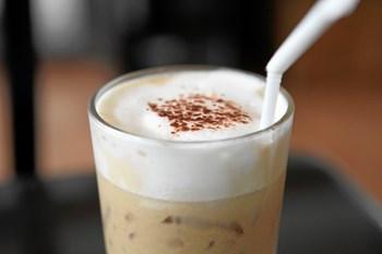 Få kaffeconnaisseurens guide til den sublime iskaffe, som kan smages til i alle retningerne. Og er man til den nemme løsning, findes der også instant-iskaffe.