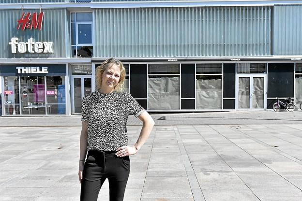 Snart kommer til at stå Enjoy ved de papirdækkede ruder. 23. maj åbner Jane Brandt Eriksen sin nye og større butik i JP Jakobsen Centeret. Foto: Ole Iversen