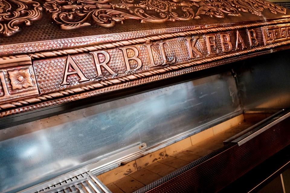Den imponerende og flotte kulgrill er klar til at blive taget i brug. Foto: Lasse Sand