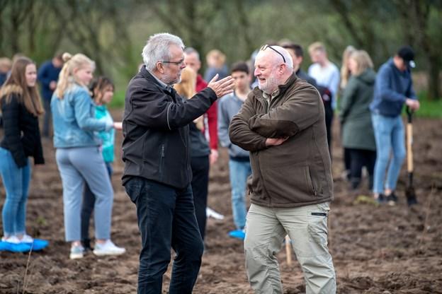 Borgmester Leon Sebbelin og skovrider Bent Egede Andersen var også mødt frem for at overvære tilplantningen af den nye klimaskov i den østlige udkant af Nørager by.