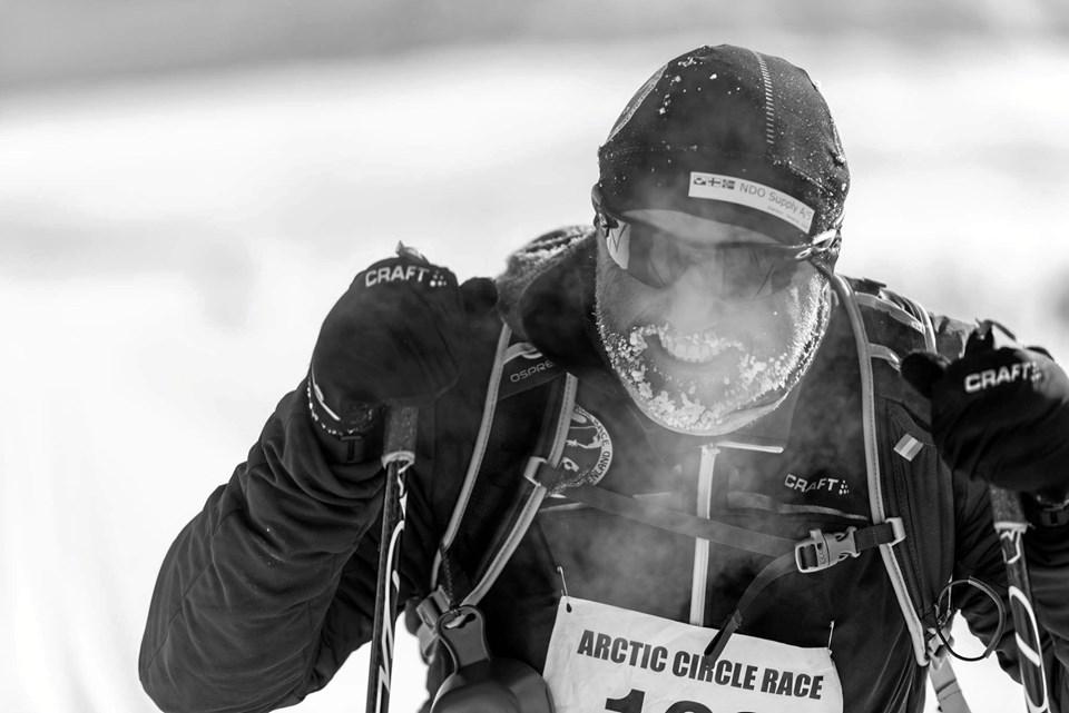 Jens Peter Mikkelsen på langrendsski - i gang med at tilbagelægge  160 kilometer i arktisk natur. ?Privatfoto