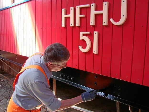 Ole Dalsgaard, Beder, giver personvogn B51 en sidste gang lak. Privatfoto