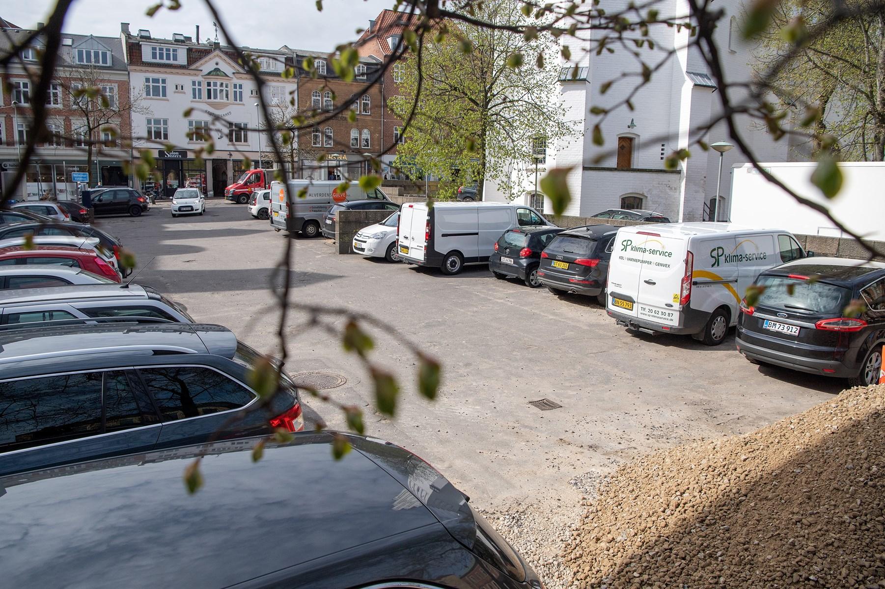 Det er denne parkeringsplads ved Budolfi, der snart er fortid.