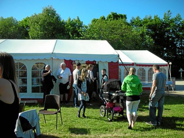 Hovedparten af byfestaktiviteterne i Rørbæk er centreret om et telt på den lokale sportsplads. Dog er aftenfesten 26. maj henlagt til landsbyens multihal. Privatfoto