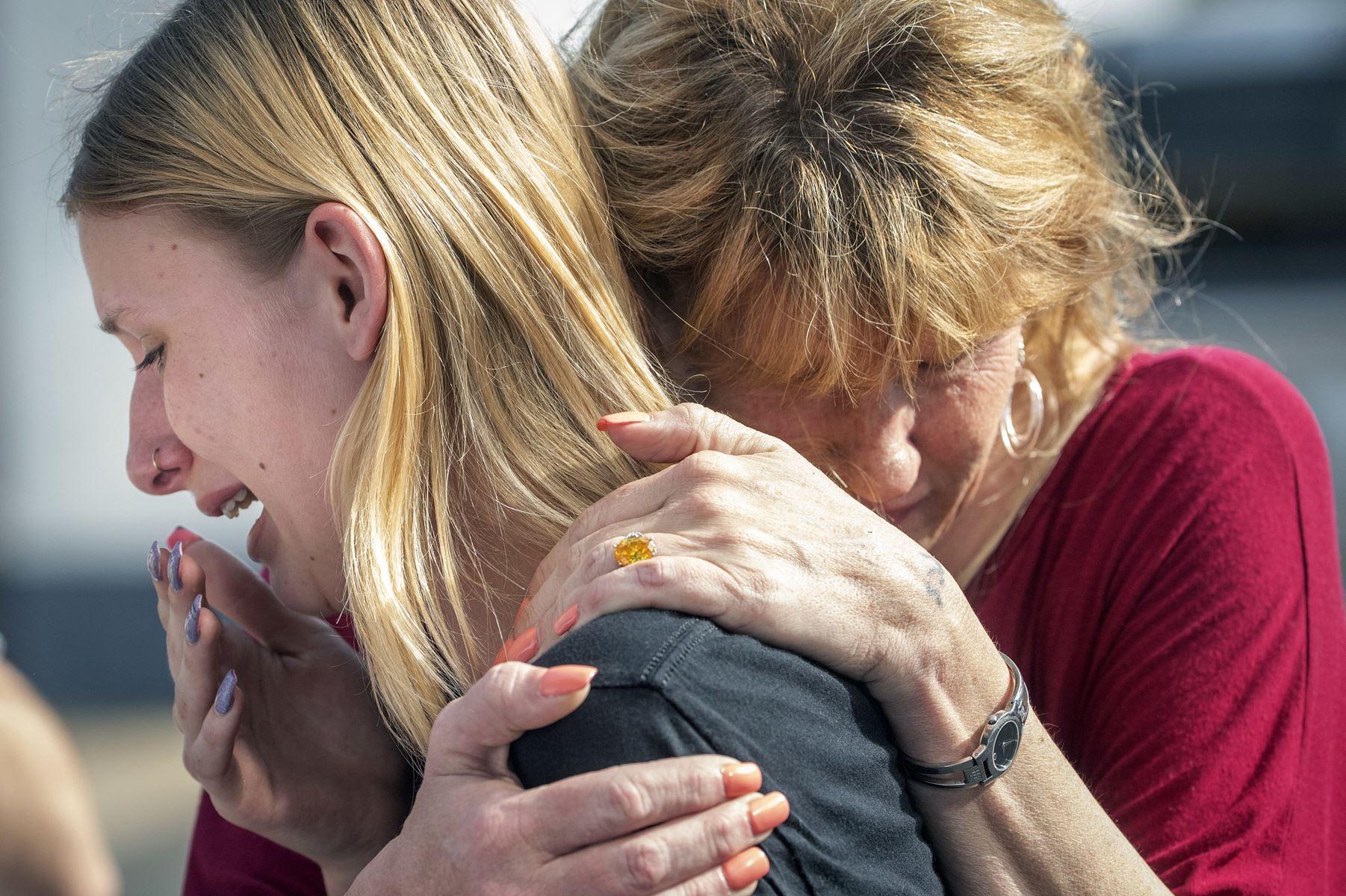 Ti er døde og ti såret i skoleskyderiet i Texas fredag, oplyser guvernør. En 17-årig elev er anholdt.