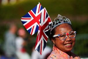 Engelske tilskuere klar til bryllupsfest