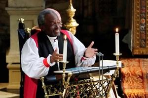En afroamerikansk cellist, gospelkor og en kvindelig præst viser mangfoldigt britisk kongehus, skriver medier.