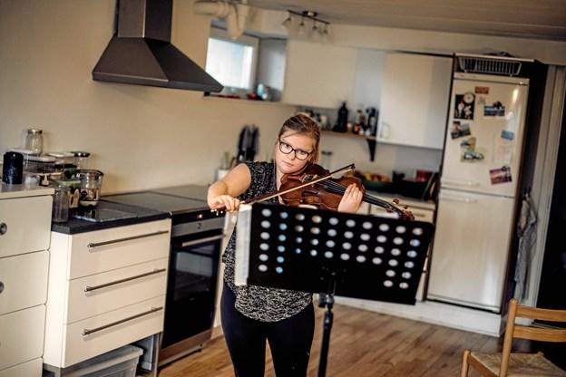 - Jeg var 18 år, da jeg fik sklerose. Dengang spillede jeg meget violin, og jeg kom faktisk ind på Det Jyske Musikkonservatorium i sommeren 2015. Men på grund af min sklerose og de føleforstyrrelser, jeg allerede nu har i mine fingre, blev jeg nødt til at droppe min violindrøm. I dag læser jeg psykologi på universitetet og spiller violin i min fritid. Ida, 22 år, Aarhus. Foto: Nikolai Linares