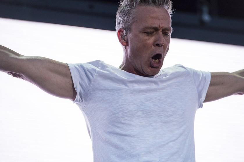 """Thomas Helmig har skrevet og skal fremføre VM-sangen """"Hele Danmark op at stå"""" sammen med landsholdsspillerne."""