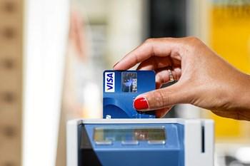 Tilbyder ens bank geoblokering på betalingskortet, kan man selv vælge, hvilke lande ens kort kan bruges i fysisk og online.
