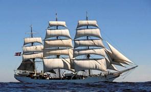 Grundlovsdag: Skoleskibet lægger til kaj i Hobro