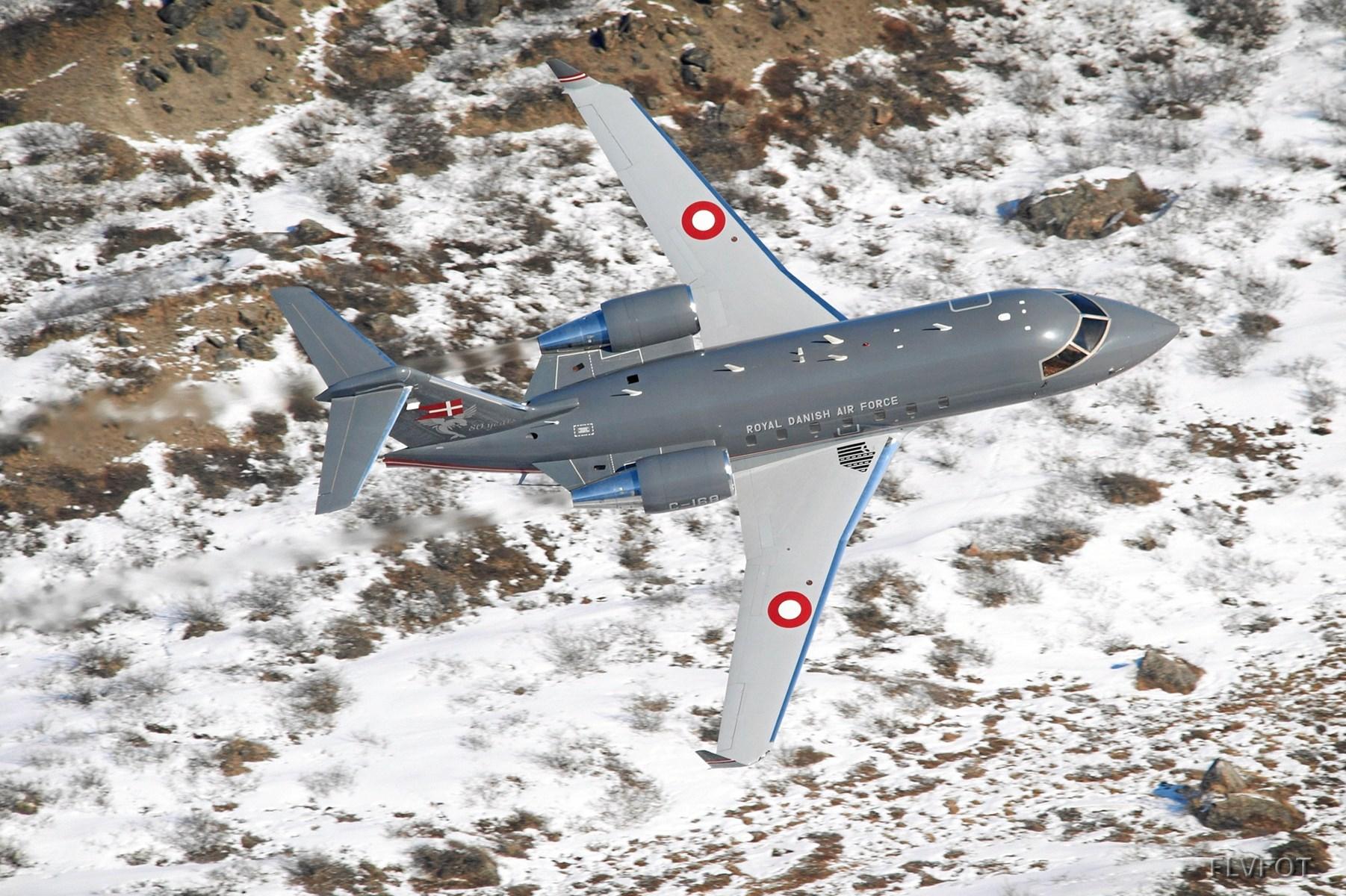 Flyvevåbnet hilser på karnevals-deltagerne