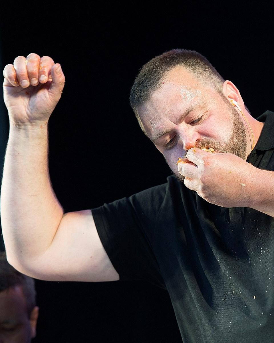 Ruben kan mærke Mikaels hotdog-ånde i nakken