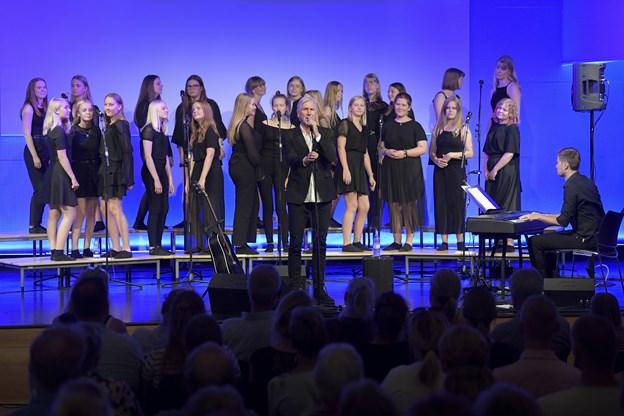 Sammen sang koret og Steffen Brandt blandt andet hits som 'De Første Kærester på Månen' og 'Bag duggede ruder'.   Foto: Bente Poder