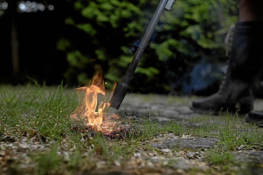 Håndterer du ikke din grillstarter eller ukrudtsbrænder korrekt, øger du risikoen for brande i den knastørre forårsvarme.