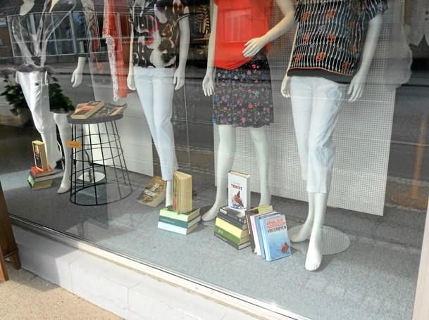 Tøjbutik og biblioteker i nyt samarbejde: Modeopvisning og tips ferielæsningen