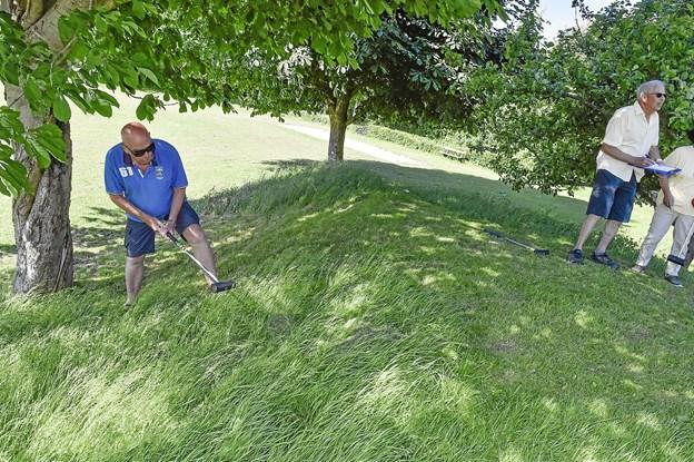 Leif Glud, Klarup, havde det rigtig svært på en af banens svære huller, hvor kuglen skulle op ad en stejl skrænt med højt græs. Foto: Ole Iversen