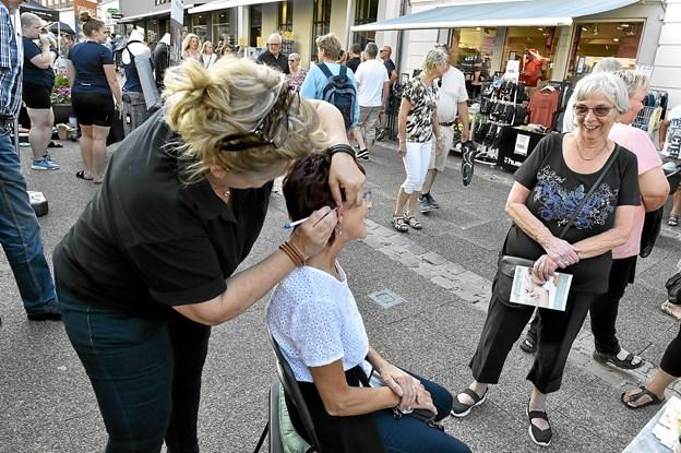 Hos akupunktør Anna Andersen prøvede Ruth Lykke de bittesmå nåle i øret. Foto: Ole Iversen