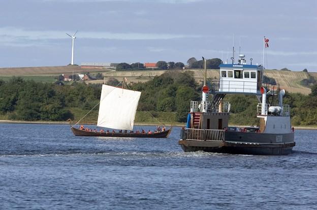Vikingeskibslauget og Næssundfærgen er klar i Doverodde. Arkivfoto