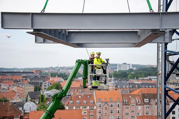 Mange var i sving, da den 3,8 ton tunge ståkonstruktion steg til vejrs.