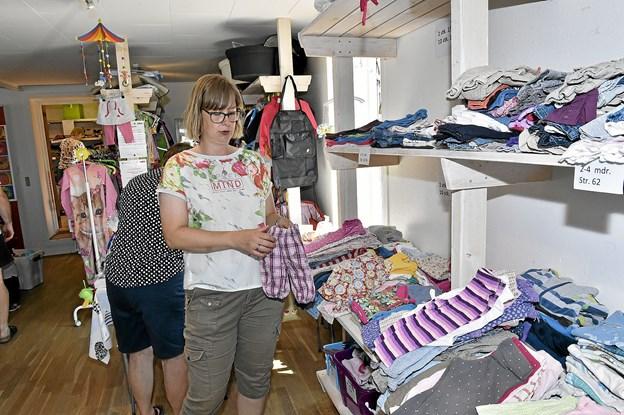Det er kun gode ting vi har - udvalgt af de mange sække tøj og ting vi får ind. Alt er også vasket og rengjort, fortæller Tina Førby Larsen, der opfordrer friske handy-men til at melde sig som frivillige. Foto: Ole Iversen