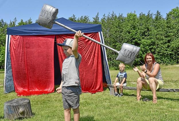 Nogen øvelser kræver stærke mænd med store muskler. I baggrunden børnehave leder Sanela Juzbasic.Foto: Ole Iversen