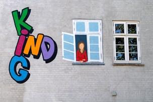 Hvem er det, der sidder i vinduet hos Kig Ind - og kigger ud?