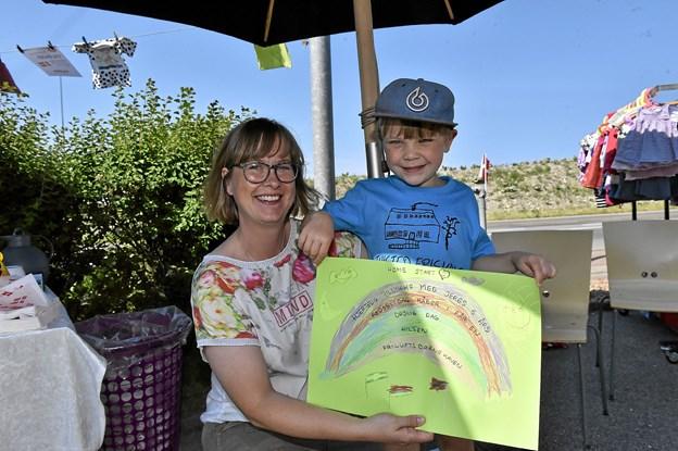 Børnene havde en fin tegning med, som Otto overrakte til Tina Førby Larsen. Foto: Ole Iversen