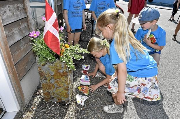 En smuk gave lægges ved døren: malede sten fra Thisted Friskole lavet af Otto, Luna, Sofie, Clara og Alma. Foto: Ole Iversen