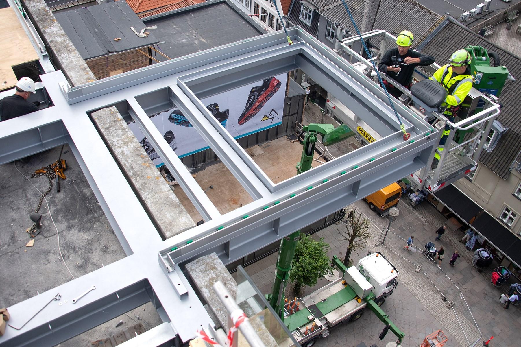 Her er den - sikkert på plads; Salling Rooftop, nu med skelettet til den kommende skywalk.