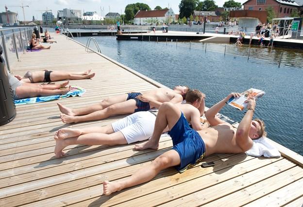 Aalborg Havnebad er og bliver et super dejligt og rekreativt sted, når vejret ellers arter sig. Aalborg Kommune fremskynder nu åbningen på grund af det ekstremt pragtfulde sommervejr. Arkivfoto: Torben Hansen