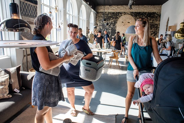 Caroline Grøn (t.h.) var af sted med både barnevogn og veninder. Rabatpriserne gav plads til nogle spontane indkøb.