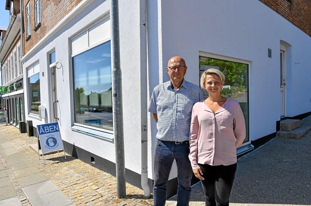 Per Pedersen, her sammen med den ene af sine nuværende to medarbejdere, Anette Nilsson, er rigtig glade for den nye lokalitet på adressen Vestergade 82. Kristian Langballe var ude i marken, da fotografen var på besøg.Foto: Ole Iversen