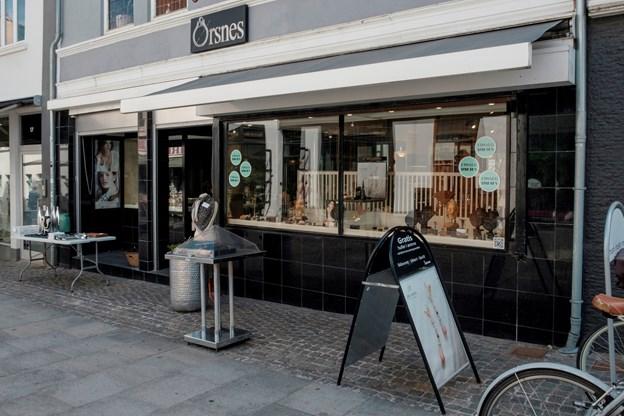 Guldsmedeforretningen Ørsnes lukker, og ejendommen i Gravensgade 19 i Aalborgs centrum er nu sat til salg.