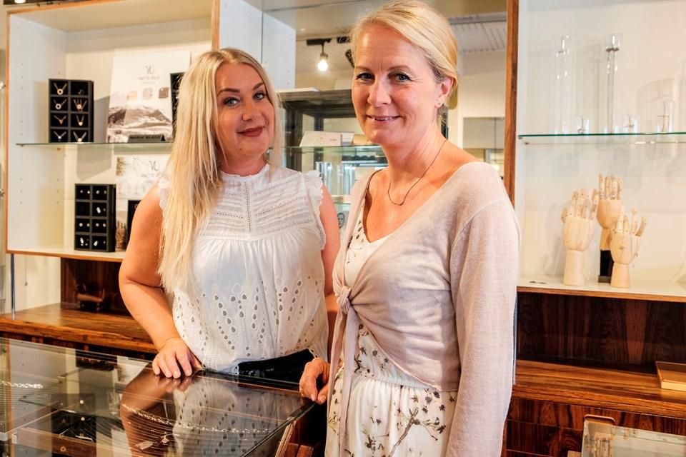 Anne Vibeke Ørsnes, der ses til højre, lukker og slukker sammen med medarbejderen, Marlene Riedmann, i forretningen i begyndelsen af august måned.