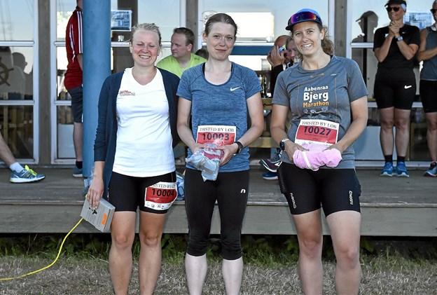 Kvindernes top 3 på 10 km.: 1. Line Holmgaard Larsen (midten), 2. Pernille Jellestad, 45.03 min, 3. Maiken Ansø, 46.58 min. Foto: Ole Iversen